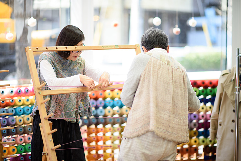 整経・経通し・筬通しを織り人さんは自分でします。わからないところはサポートを受けながら進めます。