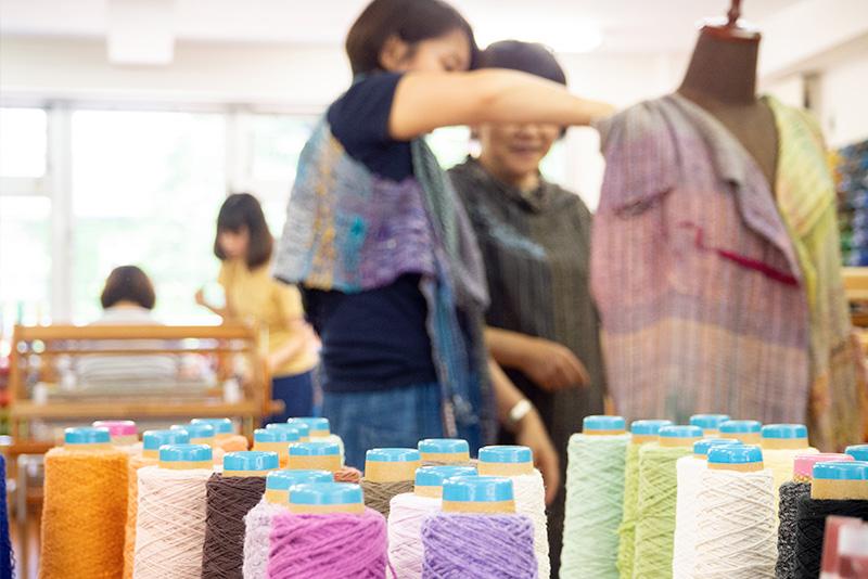 型紙を使わない仕立てなので、トルソーに布をあてながら考えます。
